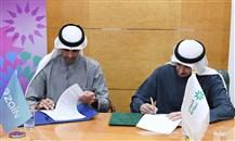 من اليمين الشيخ أحمد دعيج الصباح وبدر الخرافي خلال التوقيع