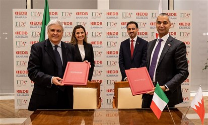 من اليمين خالد حميدان وروبيرتو لونجو  خلال التوقيع
