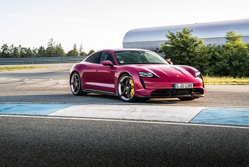 Porsche تطوّر طراز Taycan الكهربائي للعام 2022