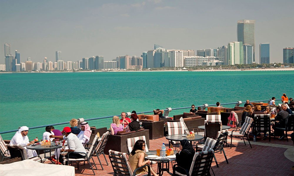 أبوظبي تمنع دخول غير المطعمين ضد كورونا إلى المطاعم والمراكز التجارية